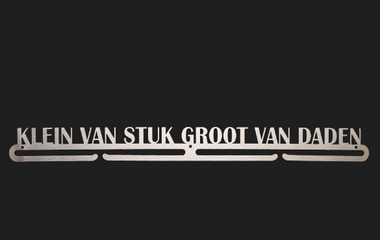 trendyhangers.nl-medaillehangers-klein-van-stuk-groot-van-daden-1.jpg