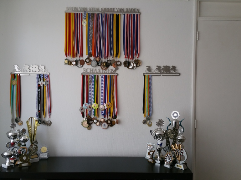 24-trendyhangers.nl-medaillehanger-klein-van-stuk-groot-van-daden-schaatsen-wielrennen-janet-ketellapper-a.jpg