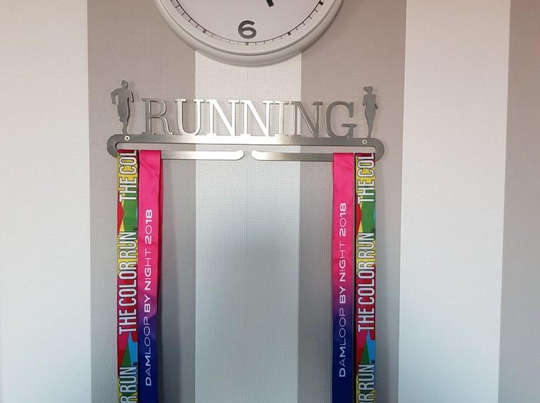 trendyhangers.nl-medaillehanger-running-man-and-girl-katja-02-a.jpg